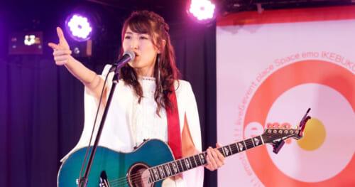 おかゆ、無観客ライブ開催。魂を込めた歌声で熱唱!