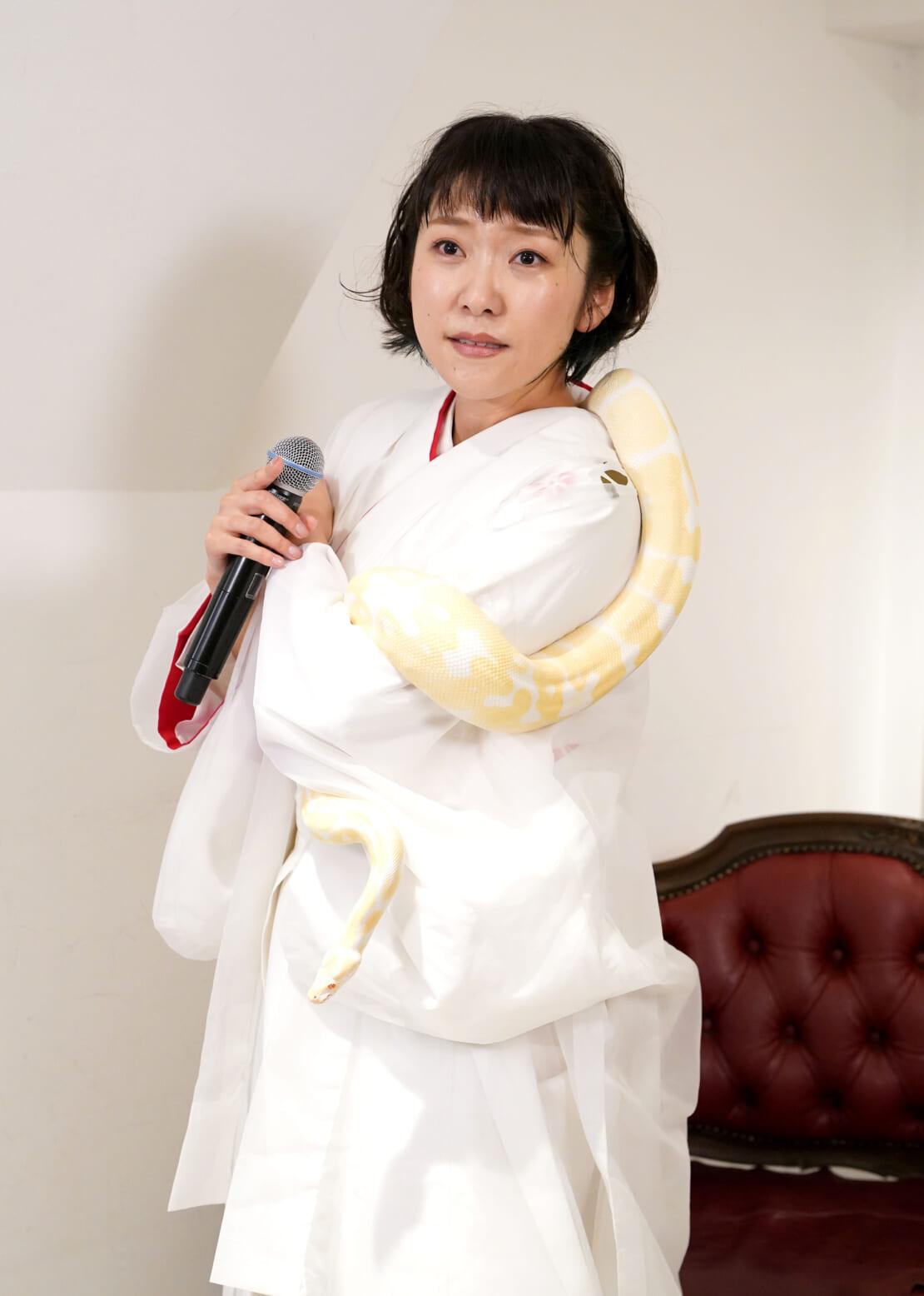 ヘビを首に巻く森山愛子