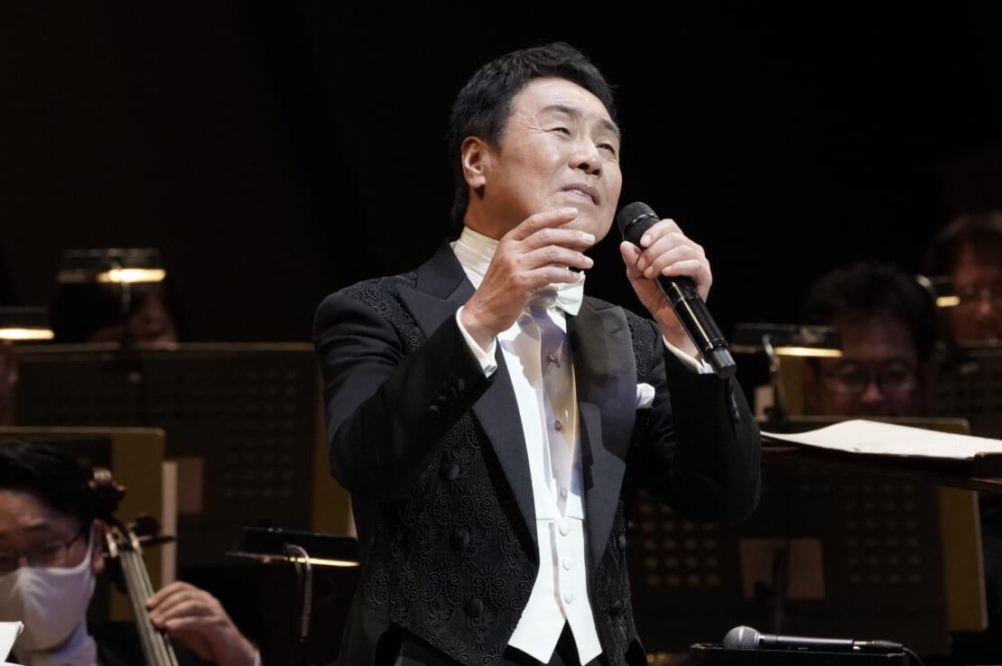 五木ひろしが50周年記念シンフォニックコンサートで歌う