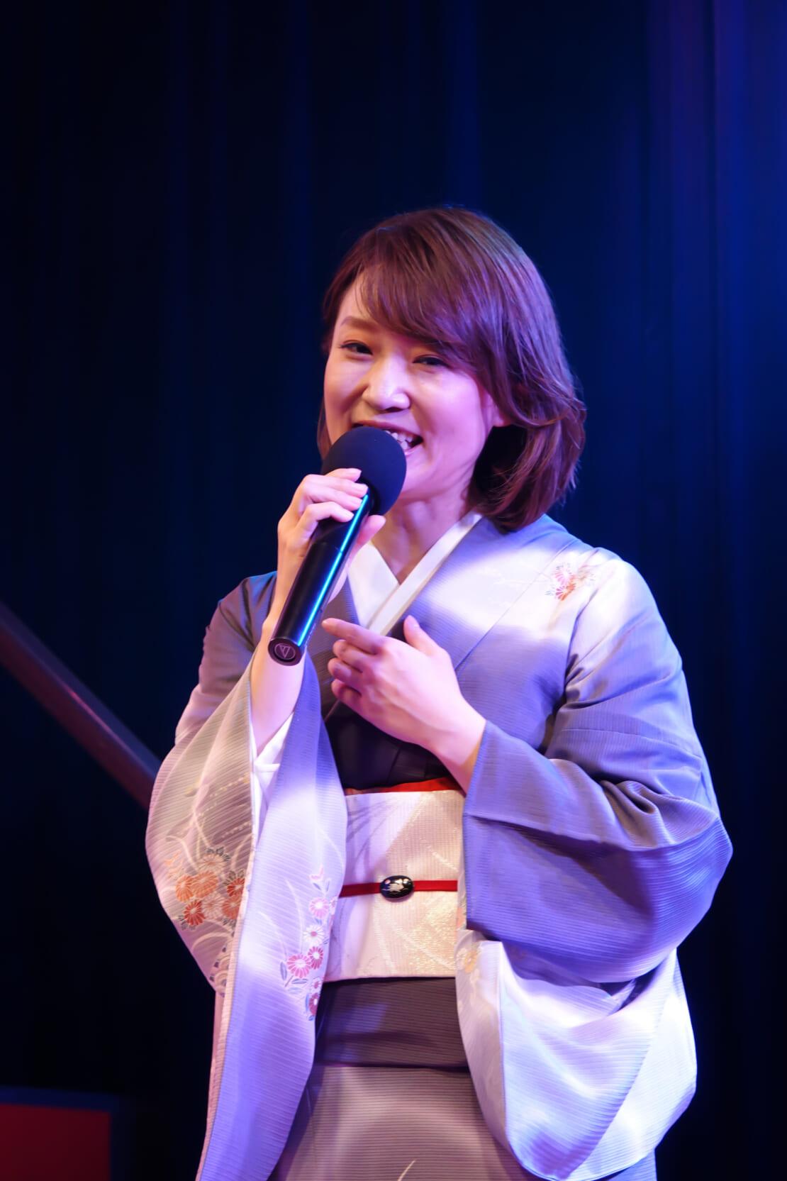 山口瑠美、無観客ライブで新曲「天気雨」を歌う