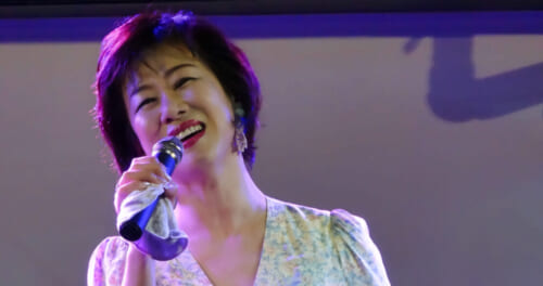 清水まり子が新曲「父さん、あのね。」の発売を記念してライブを開催。「大事なものはこれから先も変わらない」
