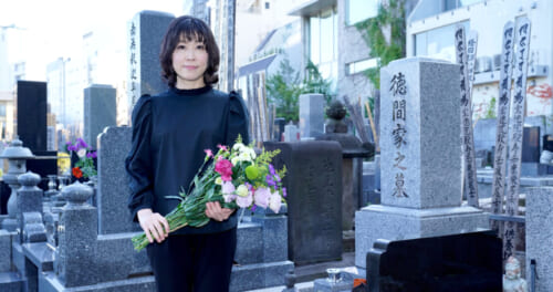 水森かおりが徳間ジャパン元社長・徳間康快氏の墓前に報告。「18回目の紅白出場が決まりました」