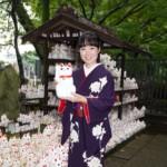 田川寿美が招き猫に思いを託し、新曲「楓」のヒット祈願。「気が引き締まる思い」