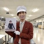 山内惠介、CDプレス工場を訪問。自ら20周年記念BOXの梱包作業に参加し、20セット限定で直筆サインも