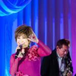 山口かおるがディナーショーで新曲「ガラスの薔薇」を披露。ステージの終盤には涙も