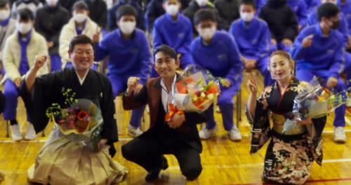 福田こうへいが地元・盛岡市の中学校で講演。生徒530人を前に民謡を伝える