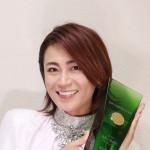 氷川きよしが日本ゴールドディスク大賞の盾と一緒に。「アーティストとしてのさらなる成長を決意」
