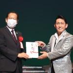福田こうへいが陸前高田市で復興支援コンサートを開催。義援金の贈呈も