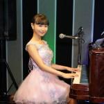 望月琉叶が初の生配信ライブ。特技のピアノでジャズナンバーを初披露。新曲「面影・未練橋」はギター演奏で届けた
