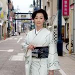 """長山洋子が新曲「下町銀座」のヒットを祈願。関東有数の商店街""""戸越銀座""""で「恋心って大切」と笑顔"""