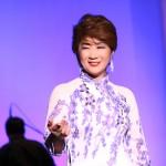 入山アキ子が「感謝のつどい」で新曲「人生七曲り」を披露。感謝の思いを歌声に乗せて!