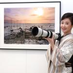 伍代夏子が初の写真展「残像~アフターイメージ~」を開催。初日は着物姿で来場者をお出迎え。「私の写真を見て少しでも癒やされてもらえたら」